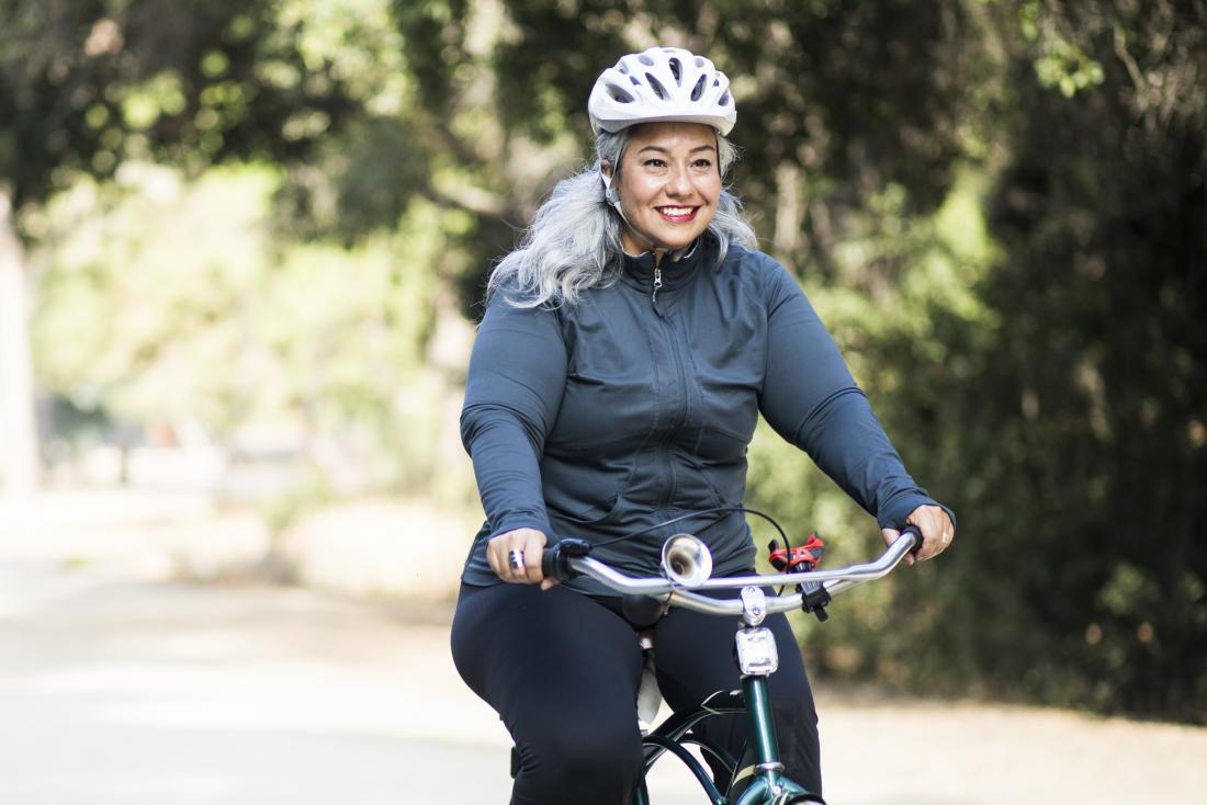 Donna messicana matura fuori che cicla sulla bici.