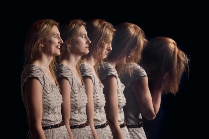 彼女がますます動揺するにつれて女性の5つの画像。