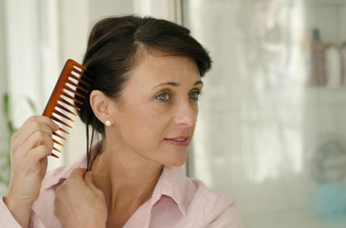 [imagem corporal - mulher penteando o cabelo]
