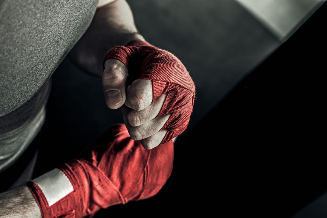 Mãos de boxeador embrulhadas em material.