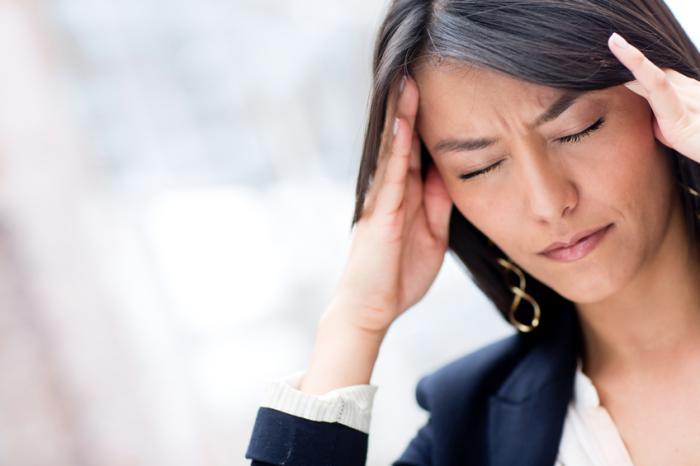 [kobieta z bólem głowy]