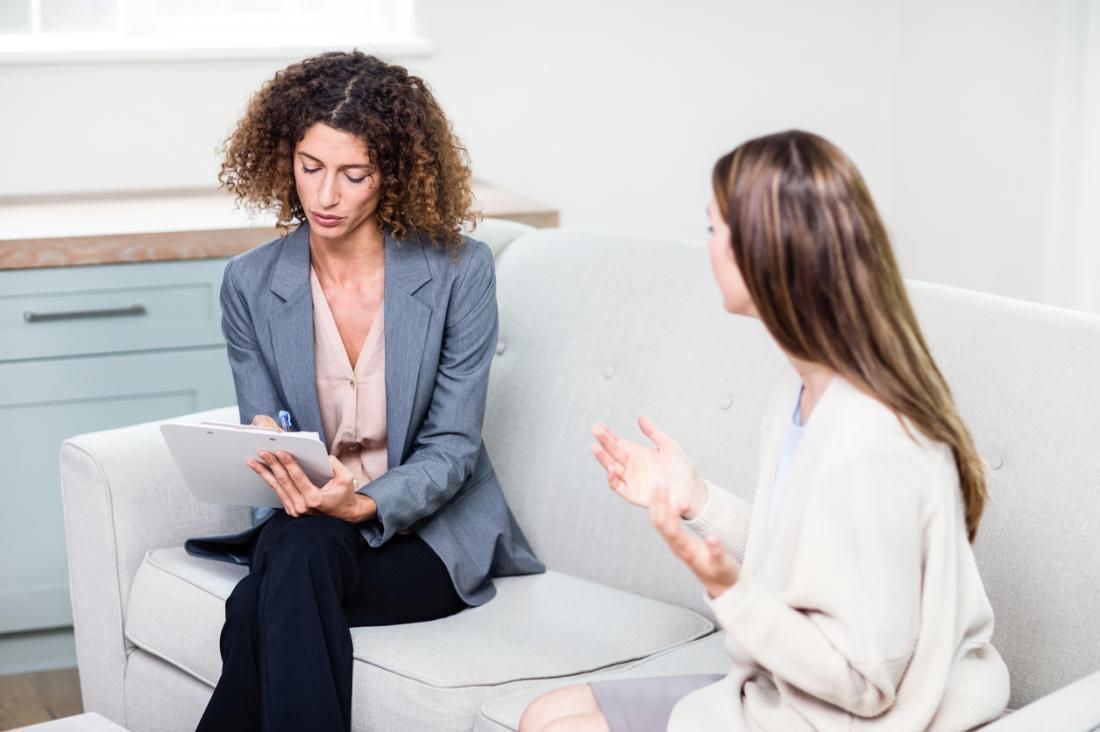 Frau in der Therapiesitzung, die mit Berater spricht.