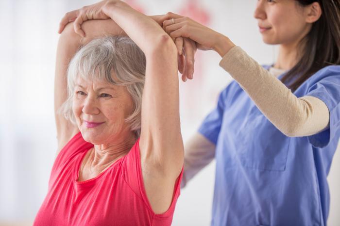 Starsza pani pomaga w lekkiej przydatności
