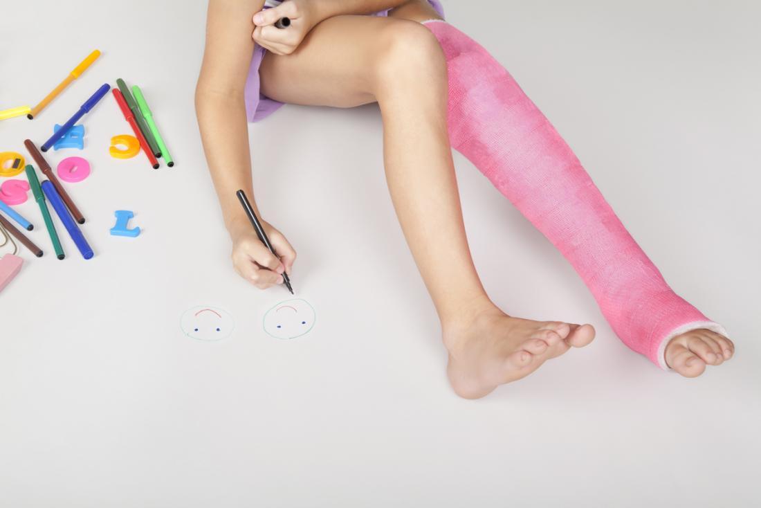 Kind mit einer rosa Beingusszeichnung
