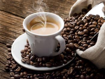 Une tasse de café entourée de grains de café