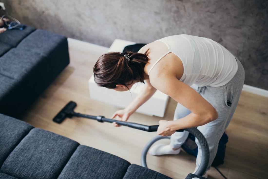 Mulher limpando a casa dela.