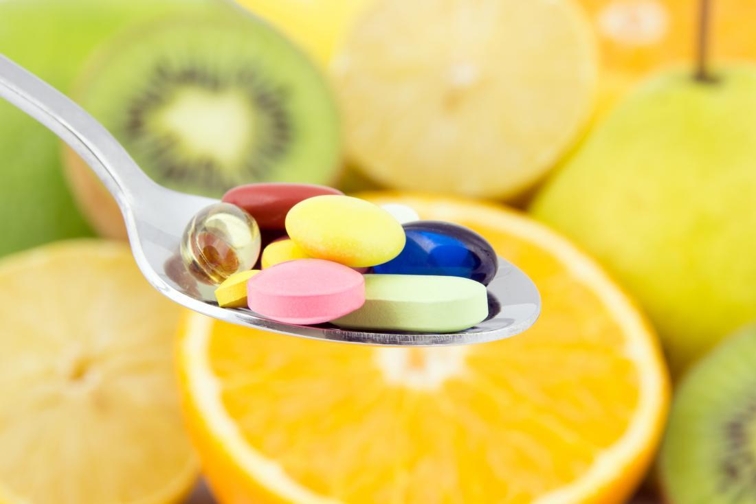 Multivitamine auf einem Löffel können bei schlechtem Geschmack im Mund helfen