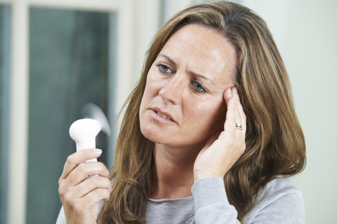 жена с гореща вълна с вентилатор