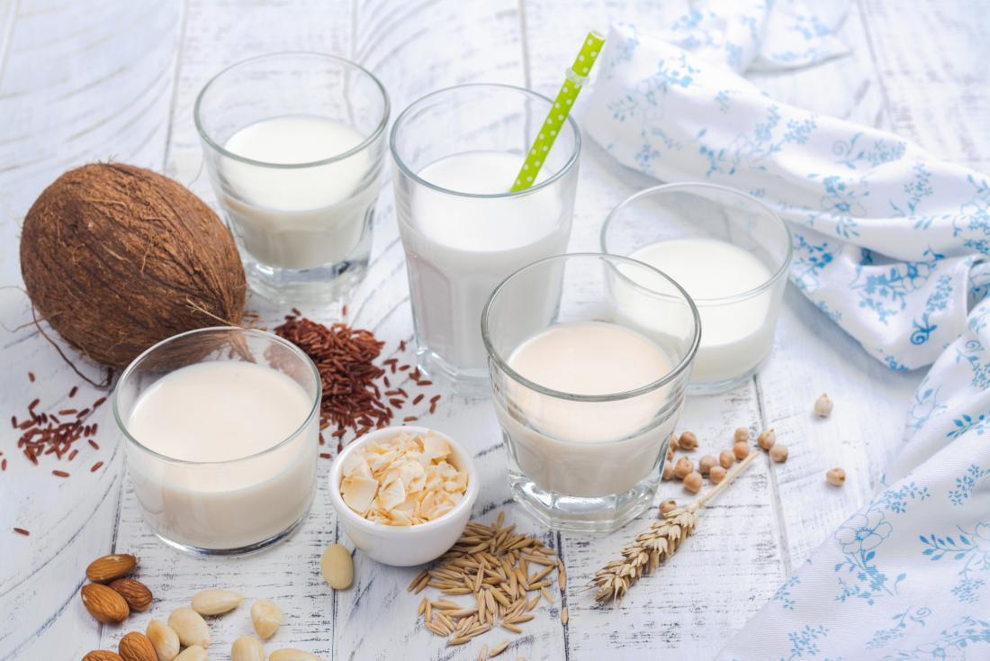 Различни растителни млека за веганска диета, включително кокос, ориз, овес, бадеми и кашу мляко
