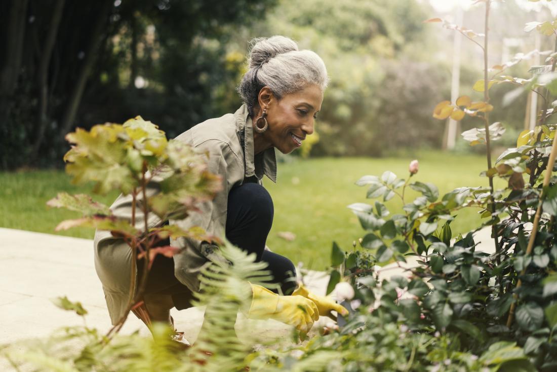 Старши жена извън градинарството.