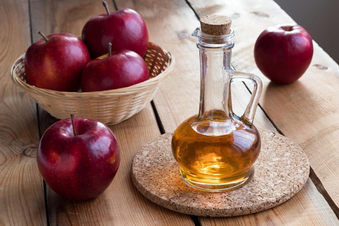 Ябълков оцет на масата, който може да се използва за брадавици