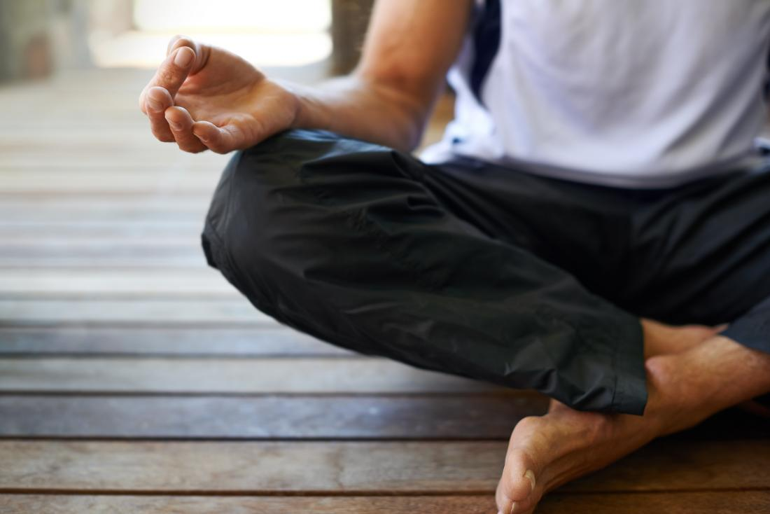 Człowiek medytuje, co może pomóc w ED