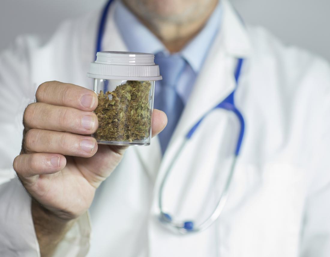 Doutor, segurando, cannabis
