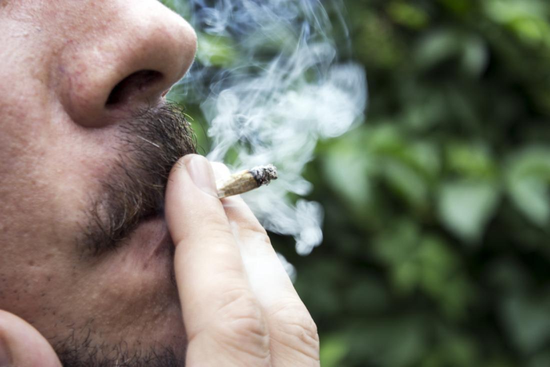 Człowiek palący marihuanę.
