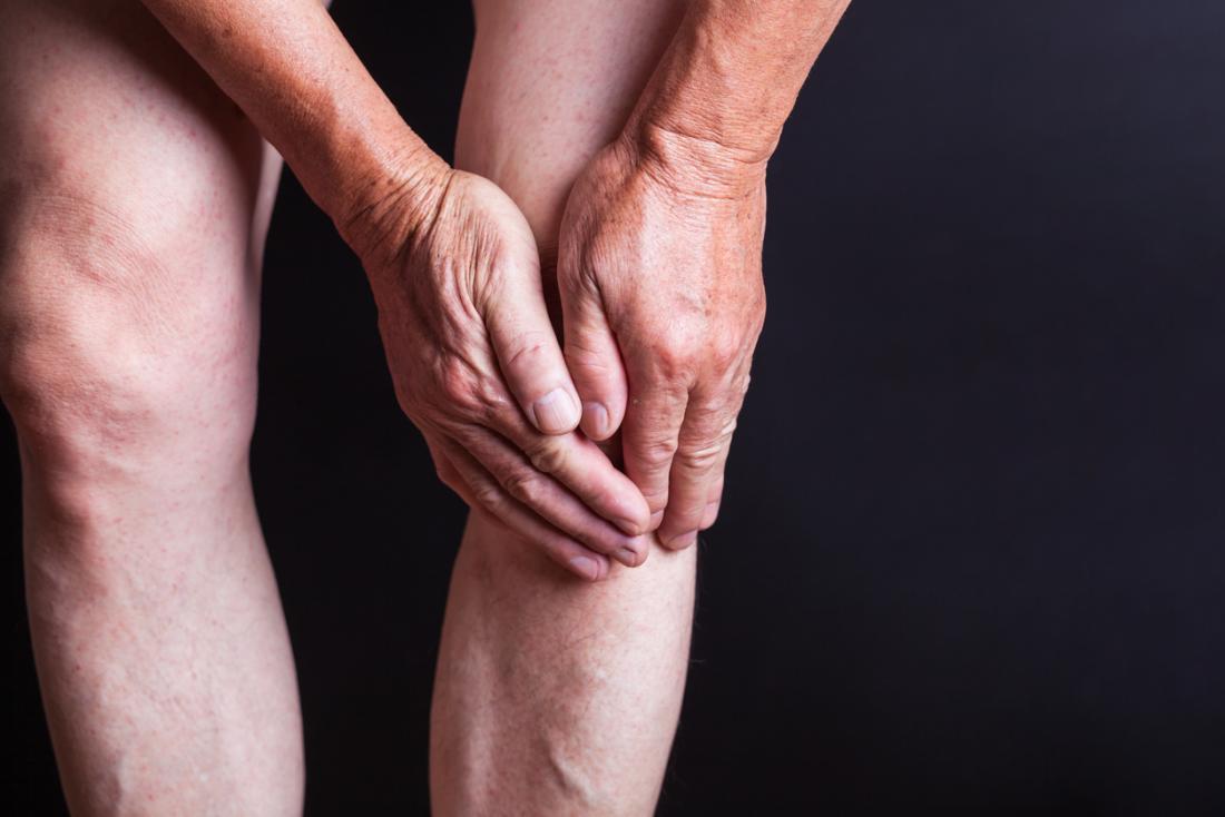 Piede del ginocchio della persona senior nel dolore