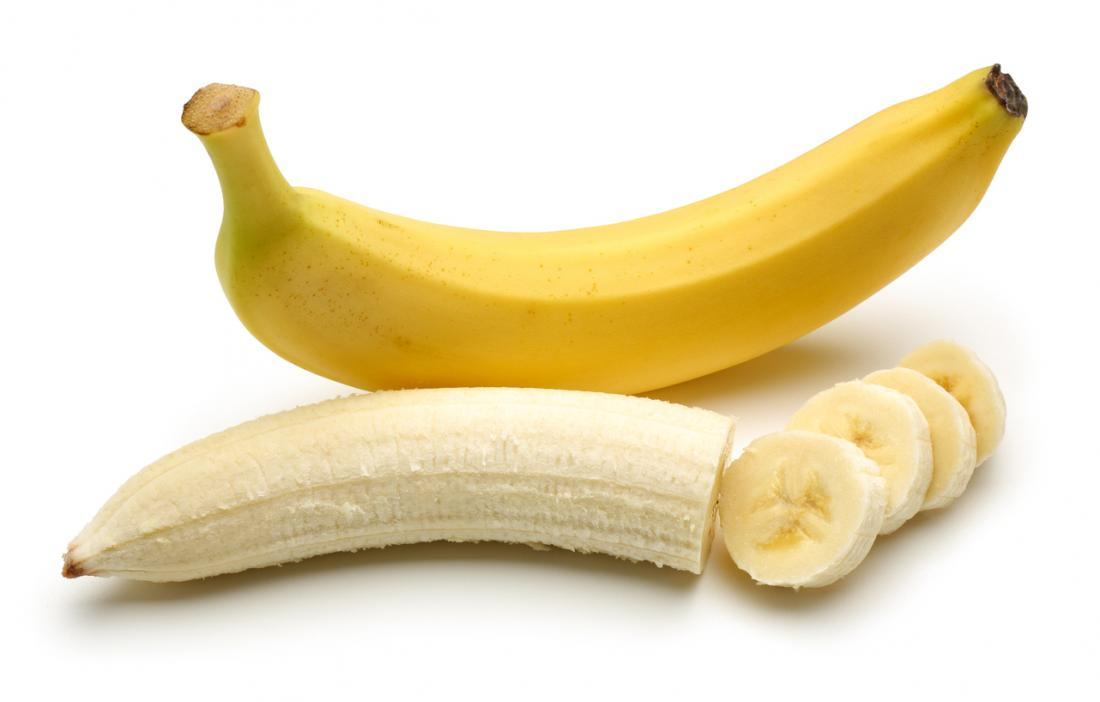 един цял банан в кожата и един частично нарязан банан