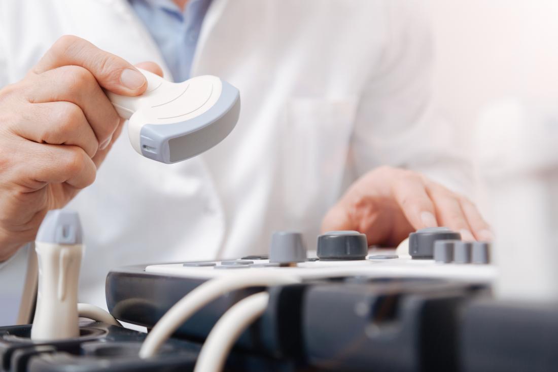 Ekipman ile ultrason teknisyeni.