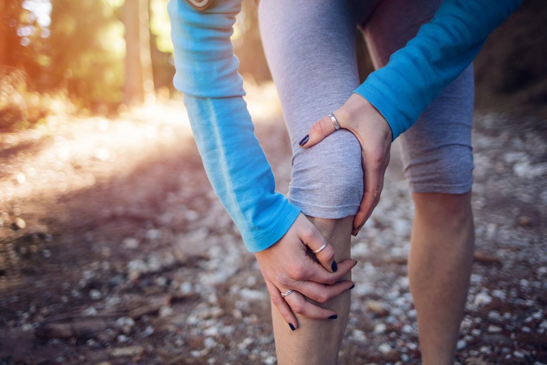 Beinverletzung in der Frau draußen in laufendem Gang.
