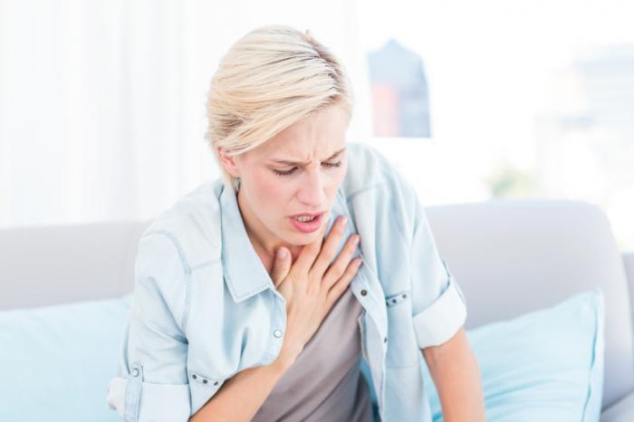 Uma mulher está com dificuldade para respirar.