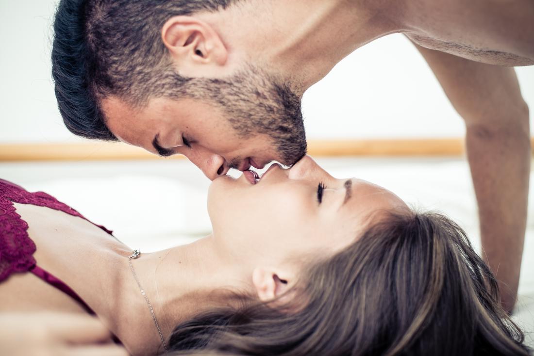 couple hétérosexuel s'embrasser.