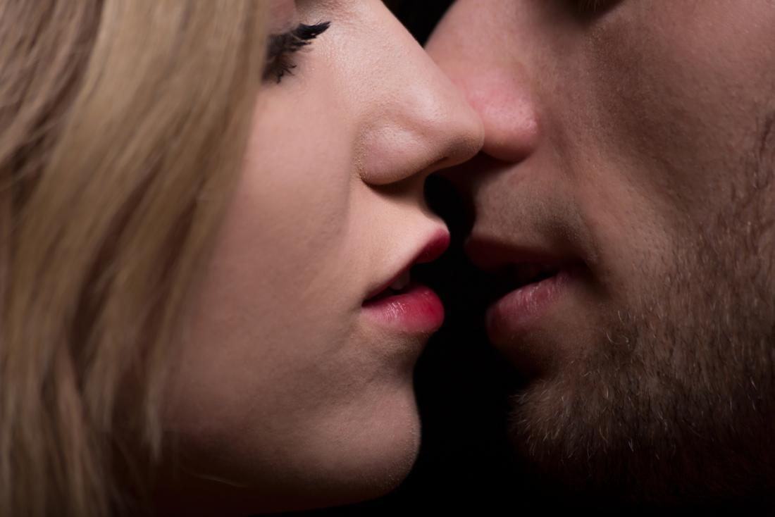 Hồ sơ người đàn ông và người phụ nữ, gần hôn.