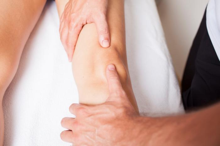 Uma perna está sendo massageada.