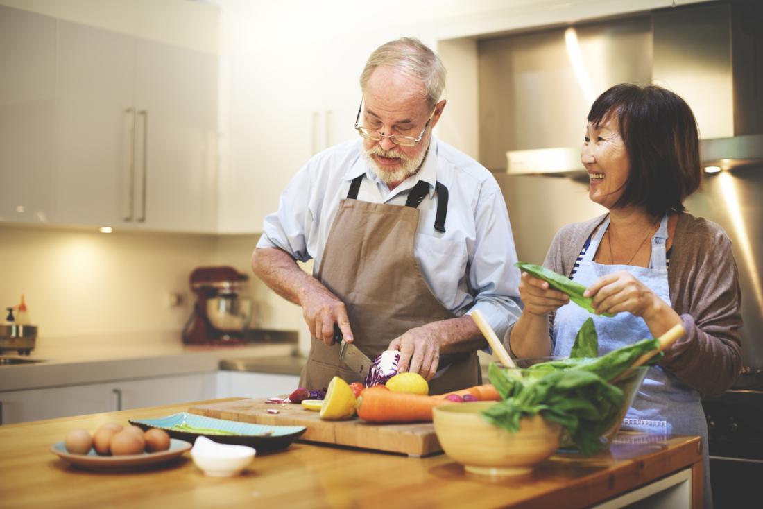 [cặp vợ chồng già nấu ăn ở nhà]