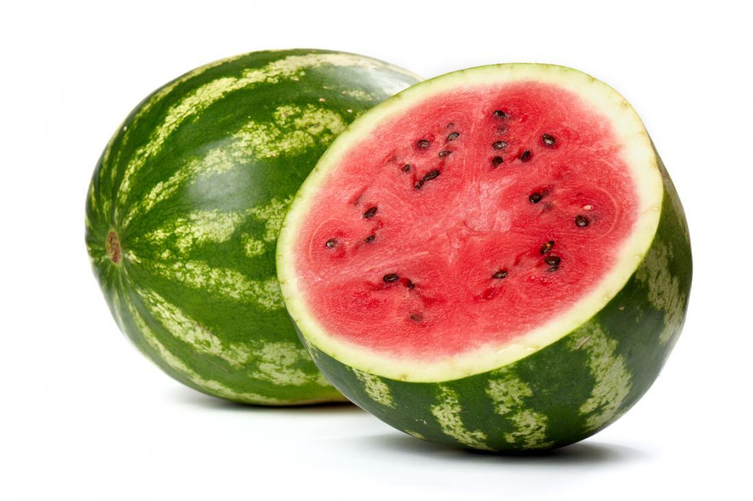 Zwei Wassermelonen eine aufgeschnitten