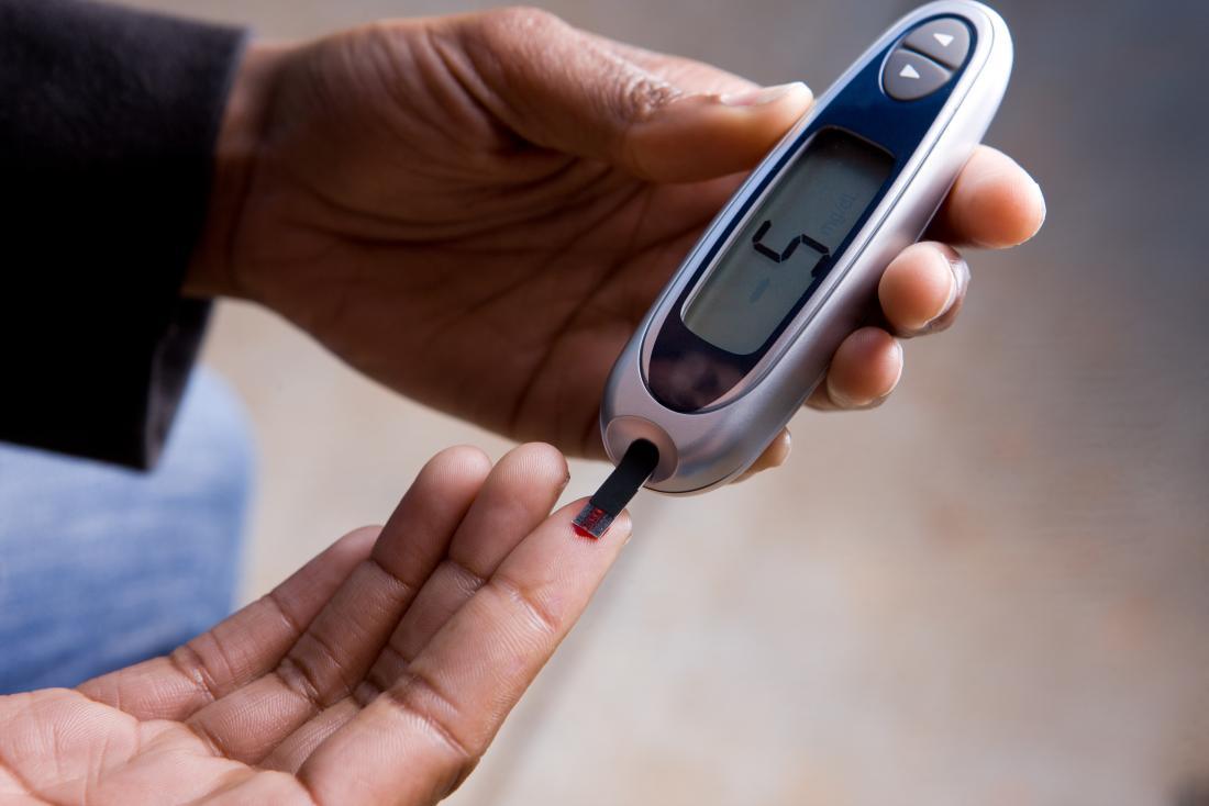 osoba z cukrzycą sprawdzająca poziom cukru we krwi