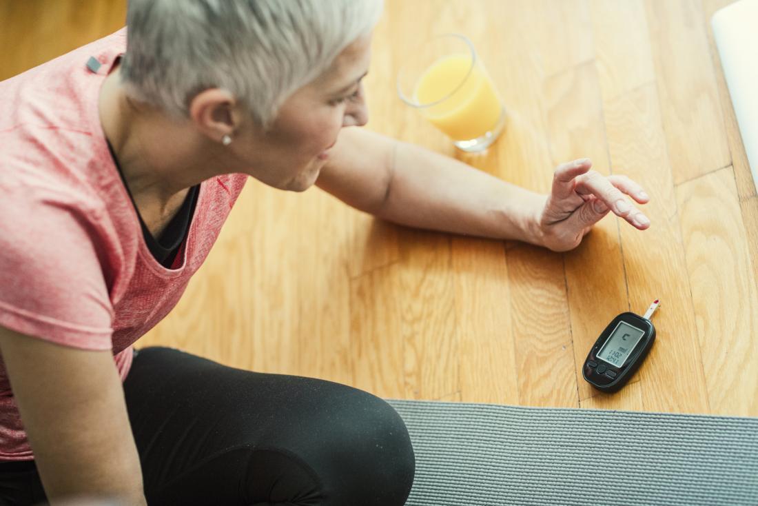 kobieta kontrolująca poziom cukru we krwi