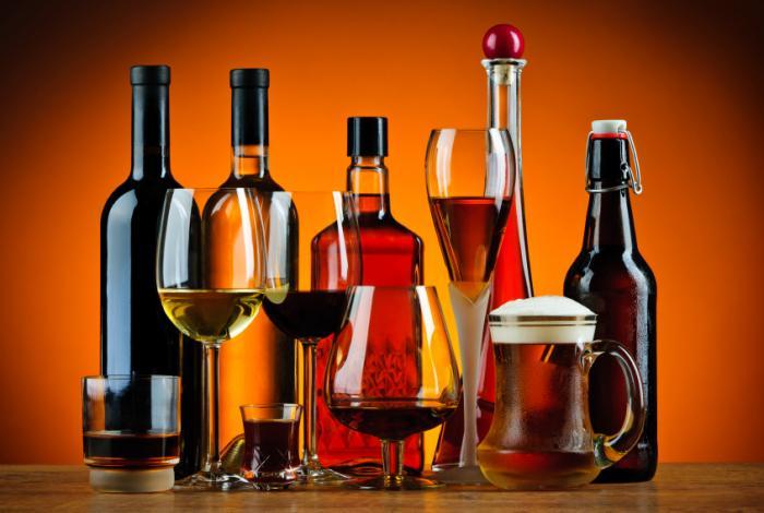 Bottiglie e bicchieri di alcol