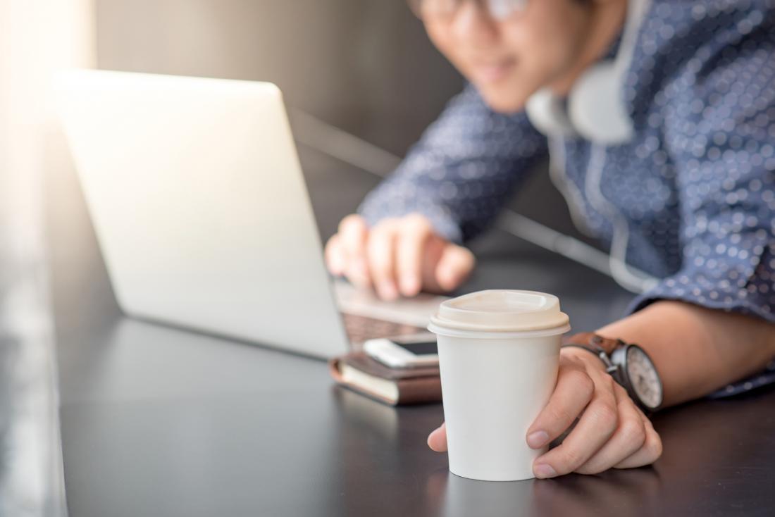 Çalışırken kahve içerken öğrenci