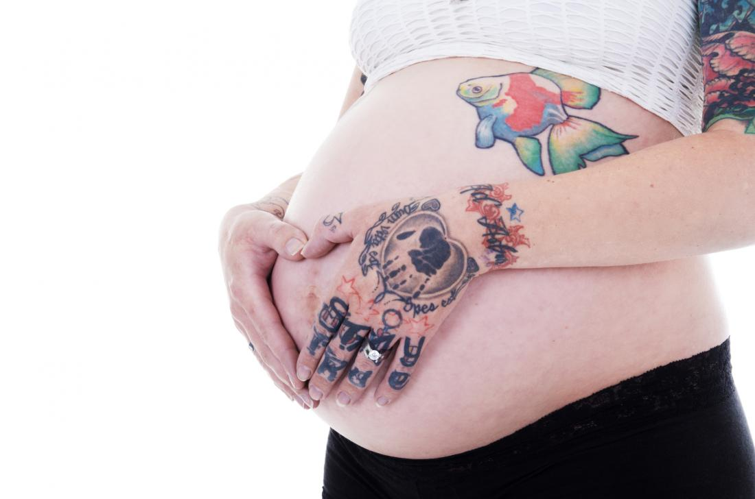 Schwangere Frau mit Tattoo