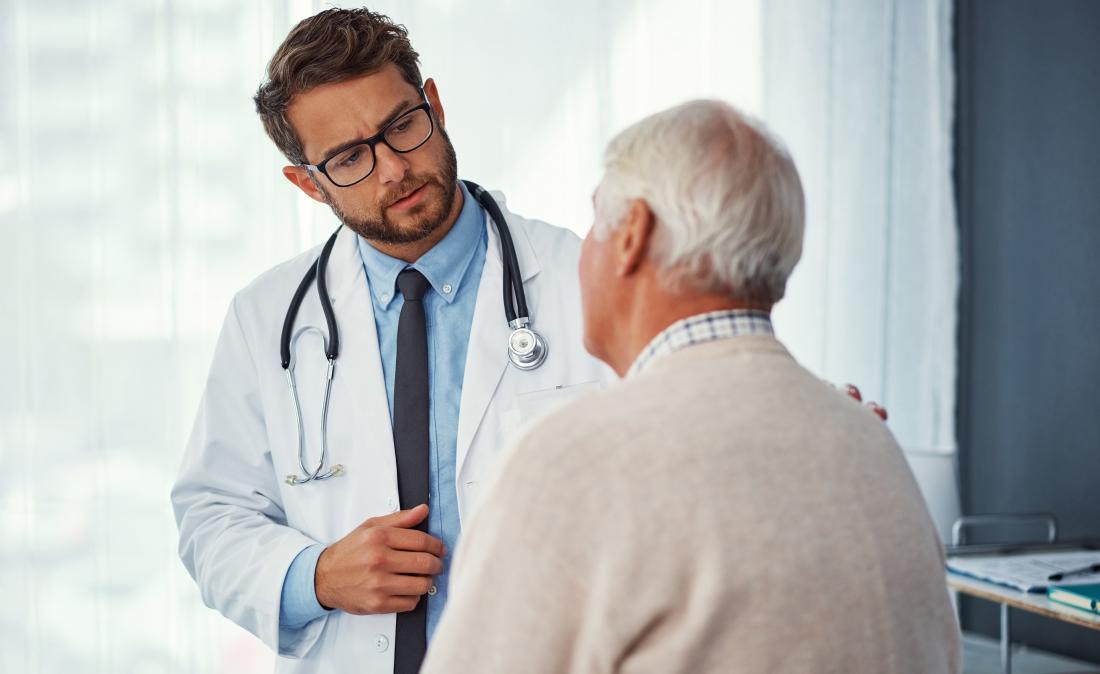 người đàn ông cao cấp tại các bác sĩ