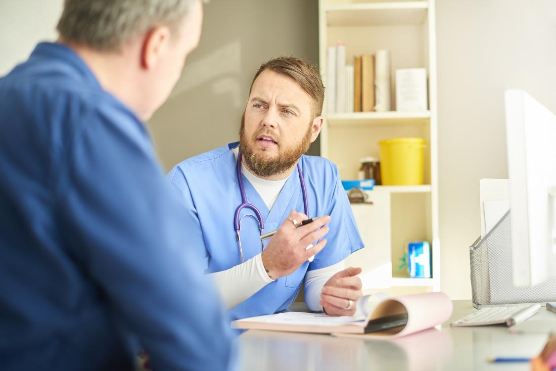 Doktor und Patient in der Diskussion über Genitalwarzen
