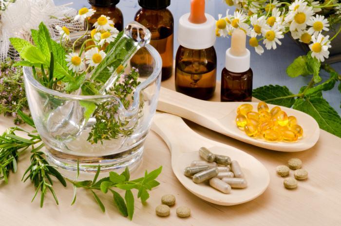 Bitkiler, yağlar ve haplar dahil olmak üzere çeşitli doğal ilaçlar