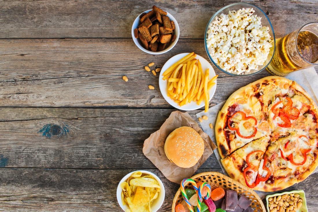 alimenti trasformati sul tavolo