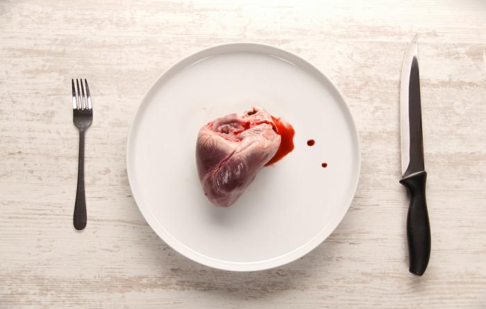 Сърце на чиния с прибори за хранене]
