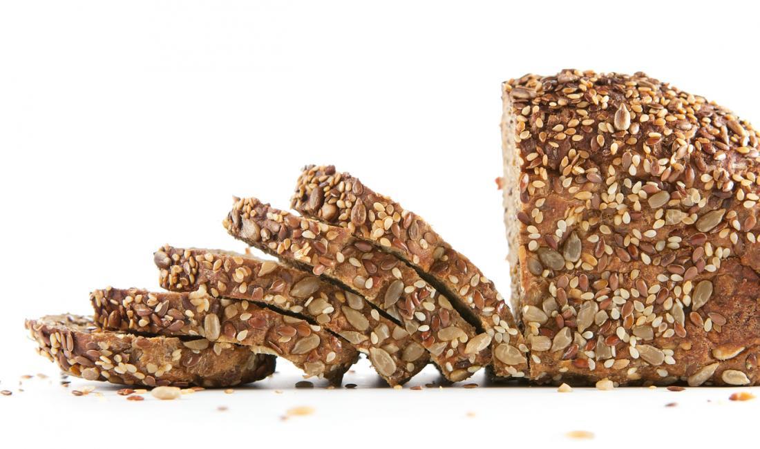 Chleb pełnoziarnisty jest zdrowym źródłem złożonych węglowodanów.