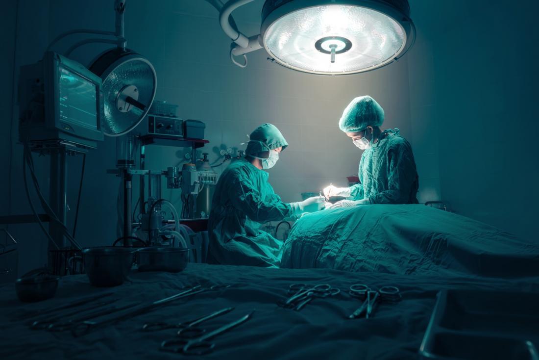 bác sĩ phẫu thuật tại nơi làm việc trong phẫu thuật