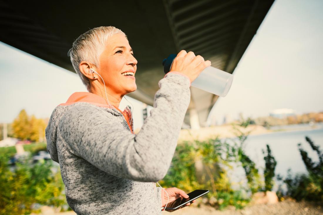 ältere Dame, die trainiert und hydratisiert bleibt