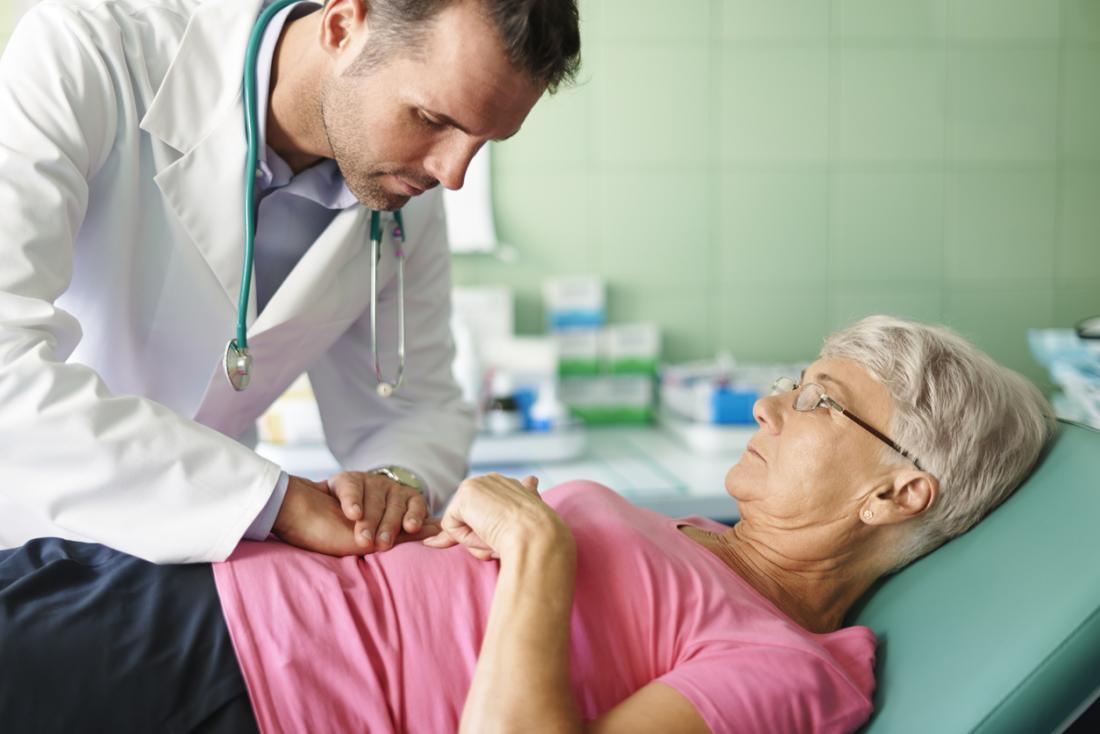 ältere Dame mit Magenproblemen bei den Ärzten