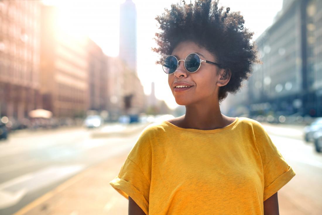 サングラスを着て市の外の女性。