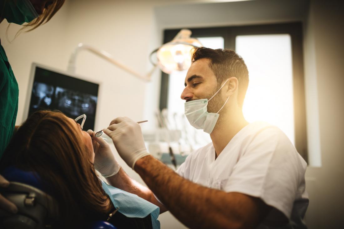 Zahnarzt, der an einem Patienten arbeitet