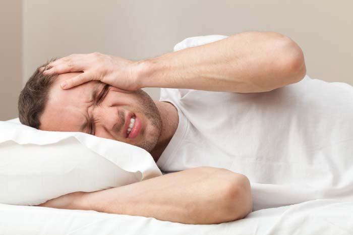 Migren ile acı çeken adam