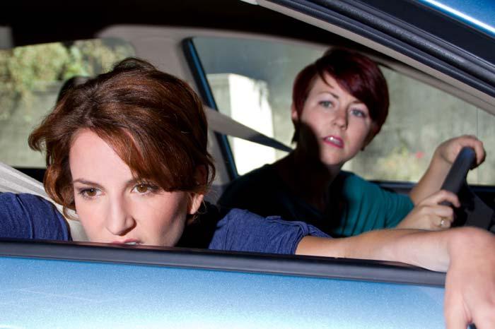 Donna che soffre di mal d'auto
