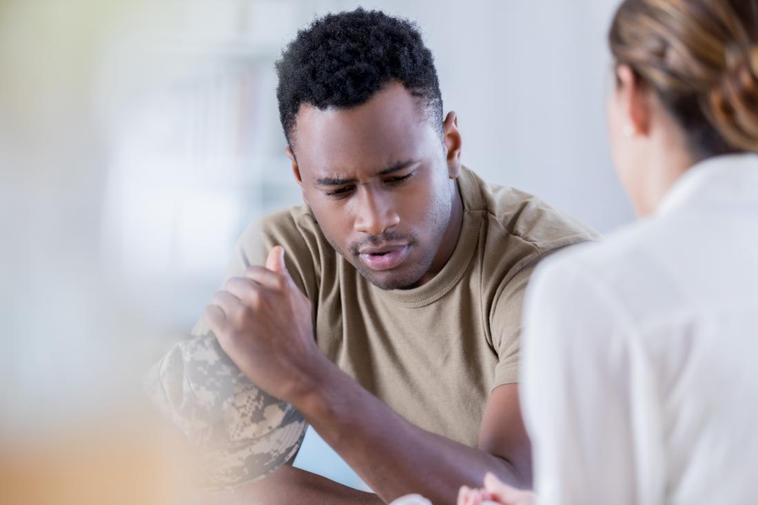 Homme en séance de conseil avec un thérapeute.