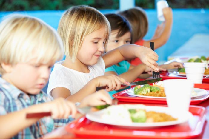 enfants mangeant des repas scolaires