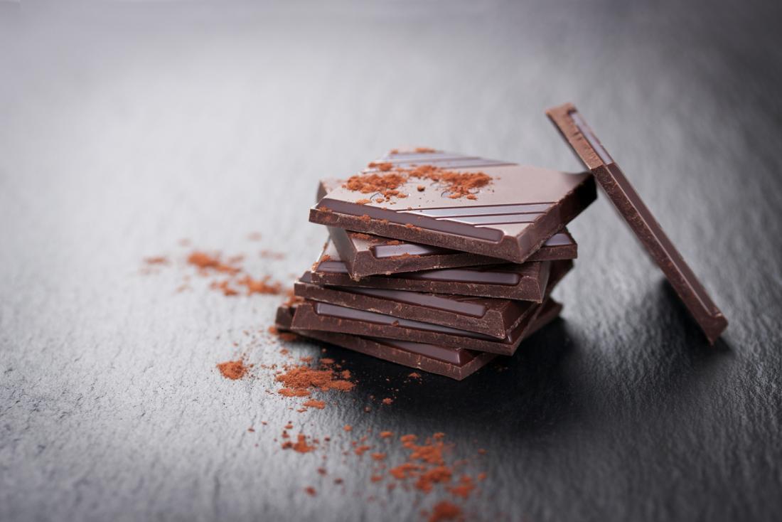 スレートテーブル上のチョコレートの四角形食品不耐性