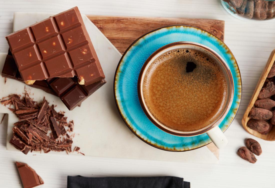コーヒーと白い背景にチョコレート